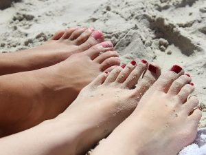 feet girl nail varnish ten pink red sand beach sun