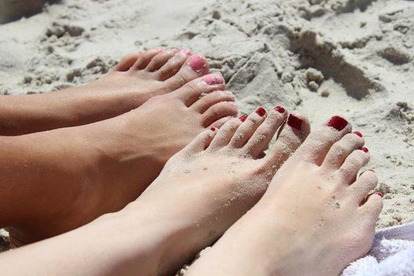 feet girl nail varnish ten pink red sand beach sun