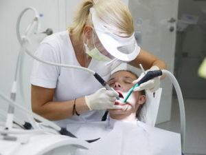 Чистка зубов в стоматологии Асти